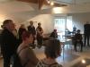 aandachtige toehoorders bij de opening van de tentoonstelling