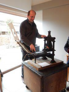 patrick-goossens-aan-zijn-19e-eeuwse-drukpers